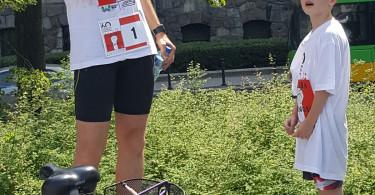 Mariusz Pohl omawia trasę biegu i rajdu