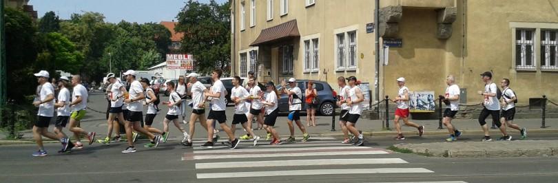 Uczestnicy biegu na ul. Wierzbięcice