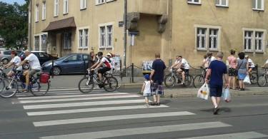 Uczestnicy rajdu rowerowego na ul. Wierzbięcice